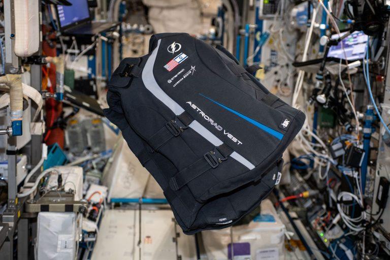 חליפת ההגנה מפני קרינה של סטמרד הישראלית מוצגת בתחנת החלל הבינלאומית. צילום: האסטרונאוטית ג'סיקה מאייר, נאס