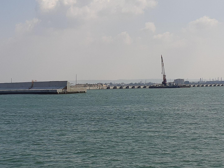בניית נמל המפרץ בחיפה על ידי חברה סינית שגם תתפעל אותו.מאת McKaby - נוצר על ידי מעלה היצירה, CC BY-SA 4.0, https://commons.wikimedia.org/w/index.php?curid=83266677