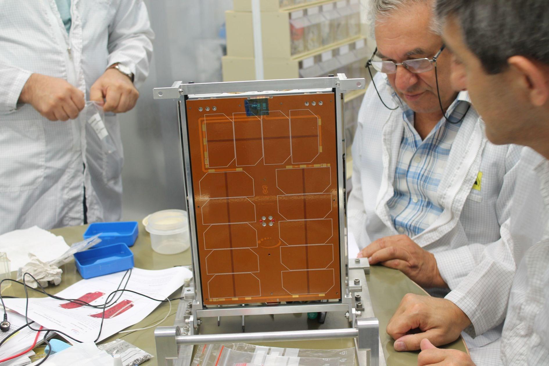 הוביק אגלריאן, מהנדס האלקטרוניקה הראשי של מכון אשר לחקר החלל, עם המקלט הלווייני החדש. צילום: שרון צור, דוברות הטכניון