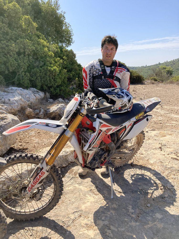 עמוס פרוינד והאפנוע ברגע של מנוחה צילום: באדיבותו