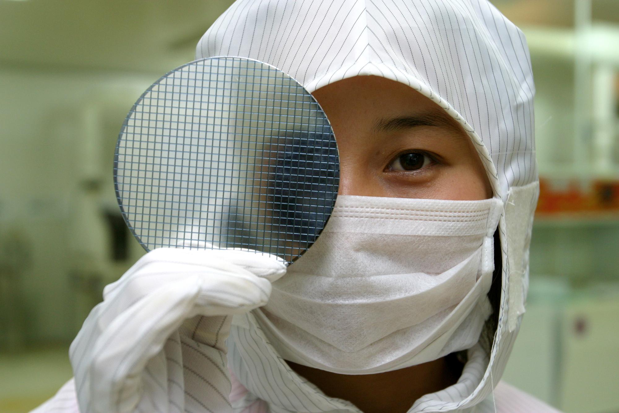 בדיקות ייצור במפעל שבבים בשנחאי. המחשה: depositphotos.com