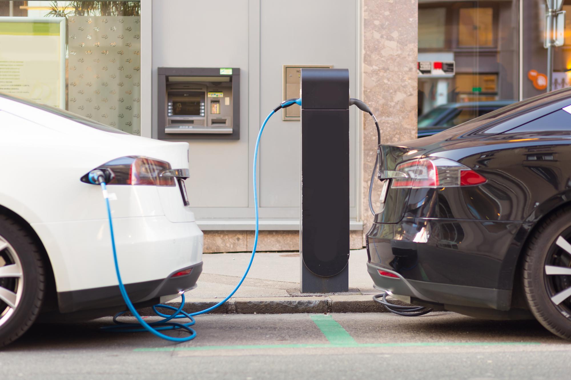 רכבים חשמליים בעמדת הטענה. אילוסטרציה: depositphotos.com