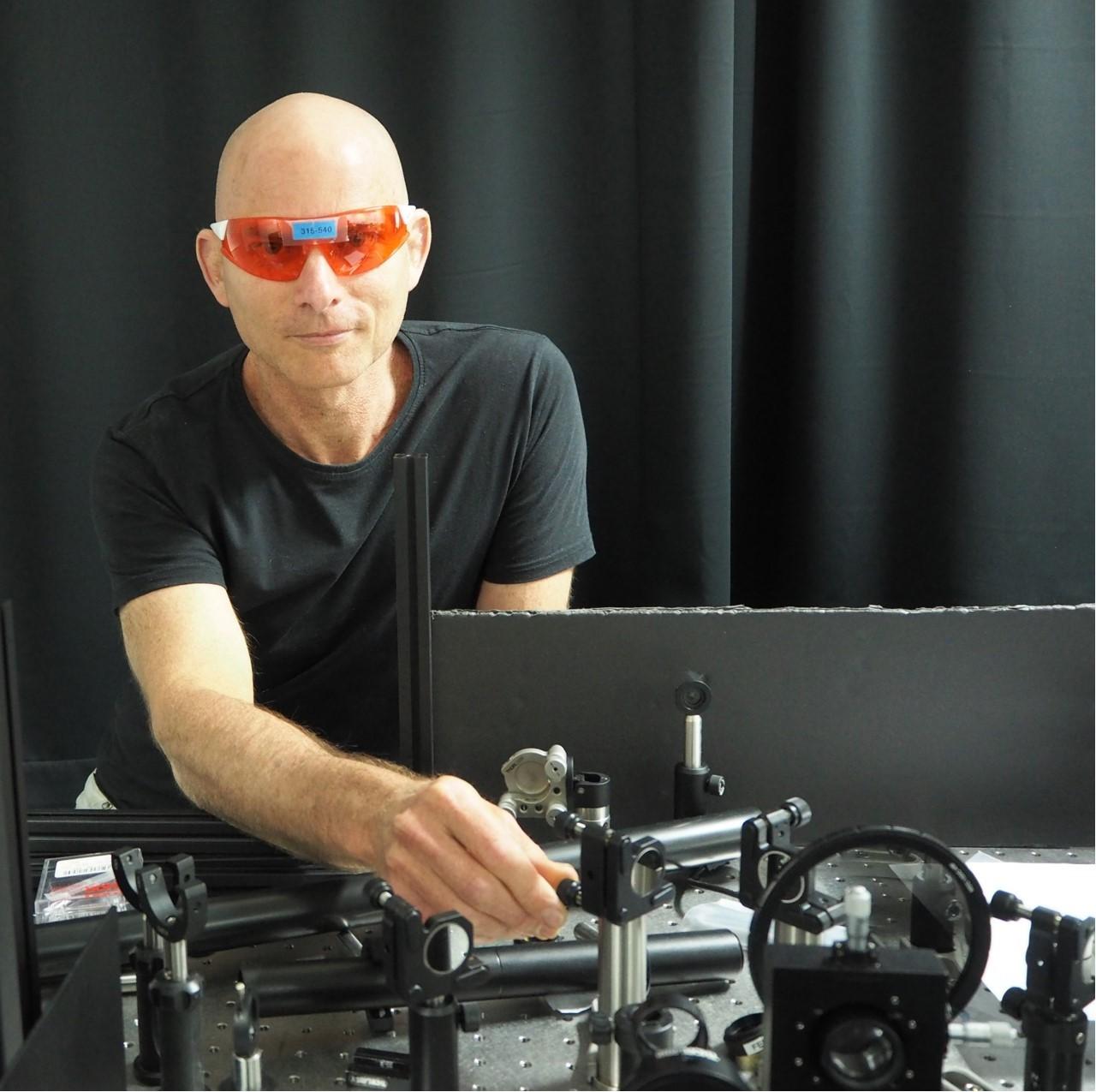 פרופ' גיא ברטל - ראש המעבדה למחקר פוטוני מתקדם בפקולטה להנדסת חשמל ומחשבים ע