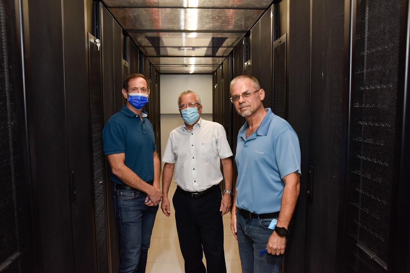 חונכים את המרכז למחשוב-על המשודרג בטכניון. מימין לשמאל :זאב שניידר מנהל תשתיות באגף מחשוב ומערכות מידע בטכניון, פרופ' בועז גולני המשנה לנשיא ומנכ