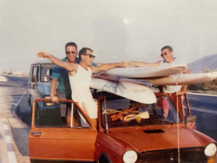 """בדרך לגלישה באוטוביאנקי האדומה. מימין לשמאל: רונן ברטל, אורי פרנק ויניב גרטי (כיום מנכ""""ל אינטל). צילום באדיבות רונן ברטל"""