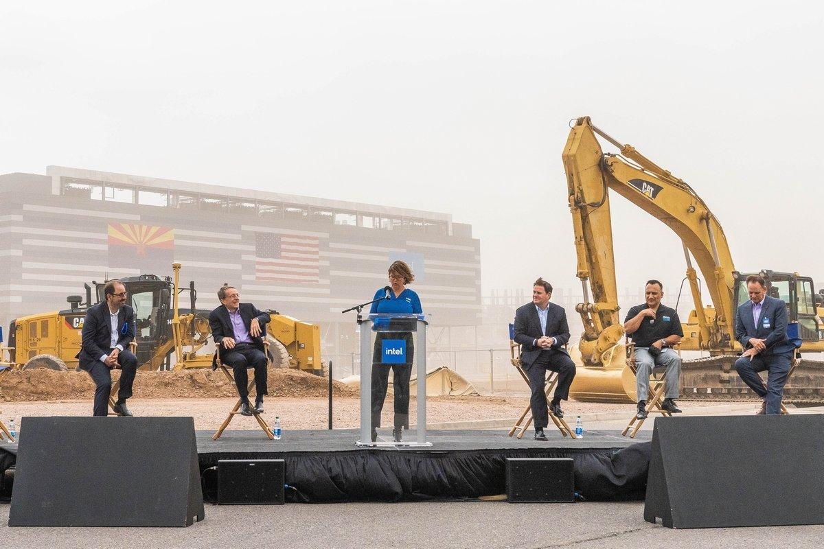 טקס הנחת אבן הפינה למפעלי אינטל באריזונה. במרכז - מנהלת המפעל זיווית כץ-צמרת. מנכ